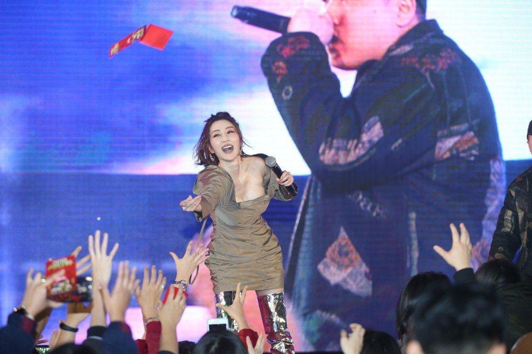 曾莞婷出席三立尾牙撒紅包、發熱衣,一度動作太High春光乍洩。記者陳瑞源/攝影