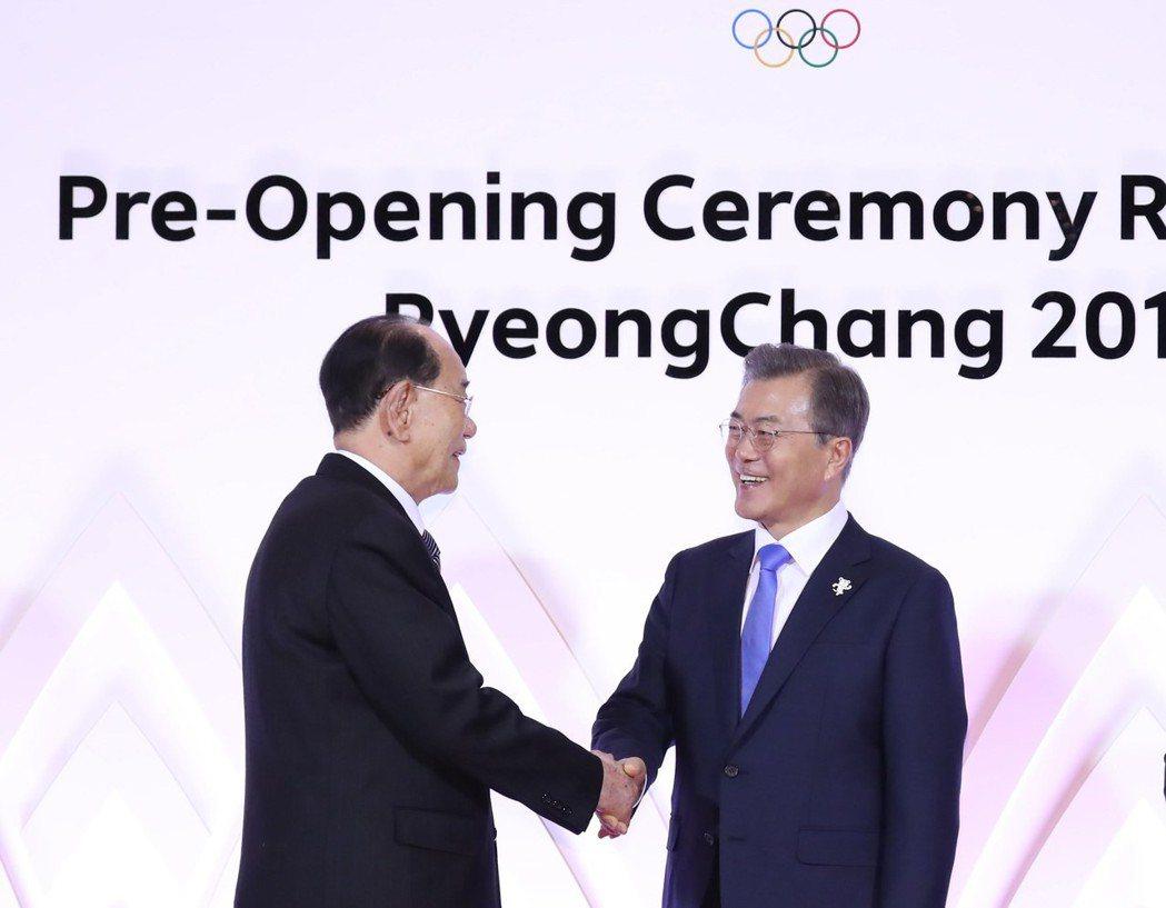 南韓總統文在寅(右)九日在平昌歡迎北韓高官團團長金永南(左)。(歐新社)