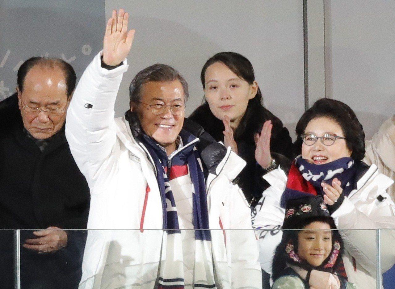 南韓總統文在寅(中)在冬奧開幕式上致詞。路透