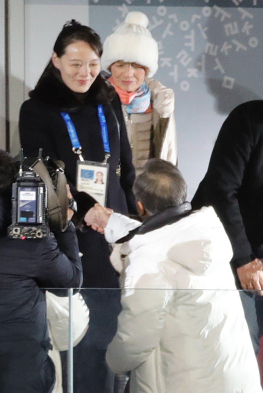 南韓總統文在寅(中,背對者)與北韓領導人金正恩的胞妹金與正,在平昌奧運體育館的開...