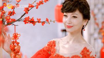 「不老傳奇」趙雅芝,在華人區有廣大的粉絲,地位舉足輕重。今年春節,她將應邀參加湖南衛視的晚會,在大年初一的黃金時段與觀眾見面。日前湖南衛視推出春晚的概念廣告,只見趙雅芝穿著一身喜氣的紅,在紅梅樹下揮...