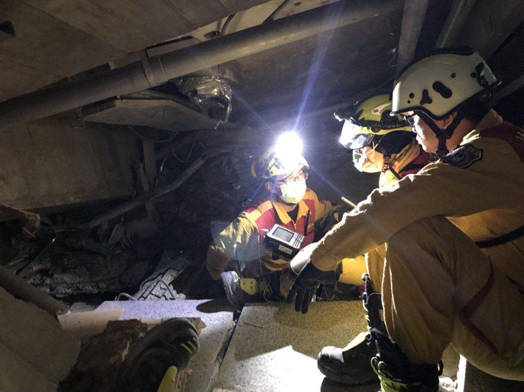傾塌的雲翠大樓嚴重變形,搜救人員只能蹲著前進。圖/消防局提供