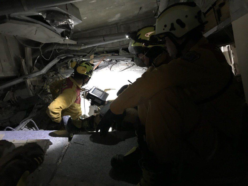 搜救人員進入受擠壓的大樓中,尋找5名陸客蹤跡。圖/消防局提供