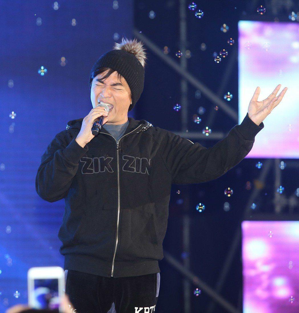 吳宗憲出席三立尾牙現場高歌,宛如開演唱會。記者陳瑞源/攝影