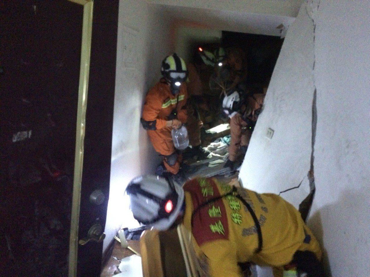 基隆搜救隊今晚從上方401室往下挖掘找最後5名陸客。圖/基隆市消防局提供