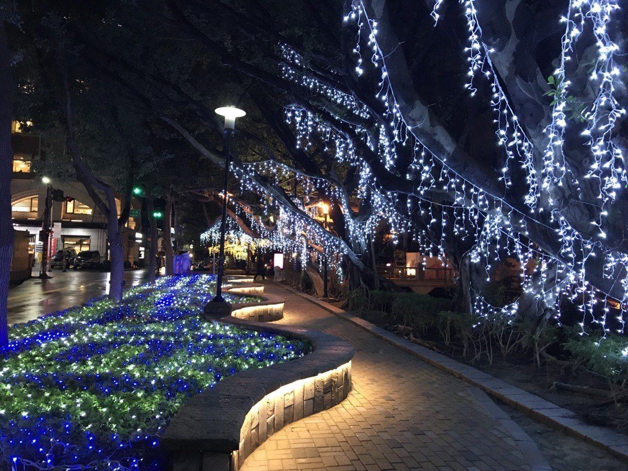 新竹市文化局在東門城至護城河,打造造新春裝置藝術作品,透過燈光的妝點,讓護城河更...