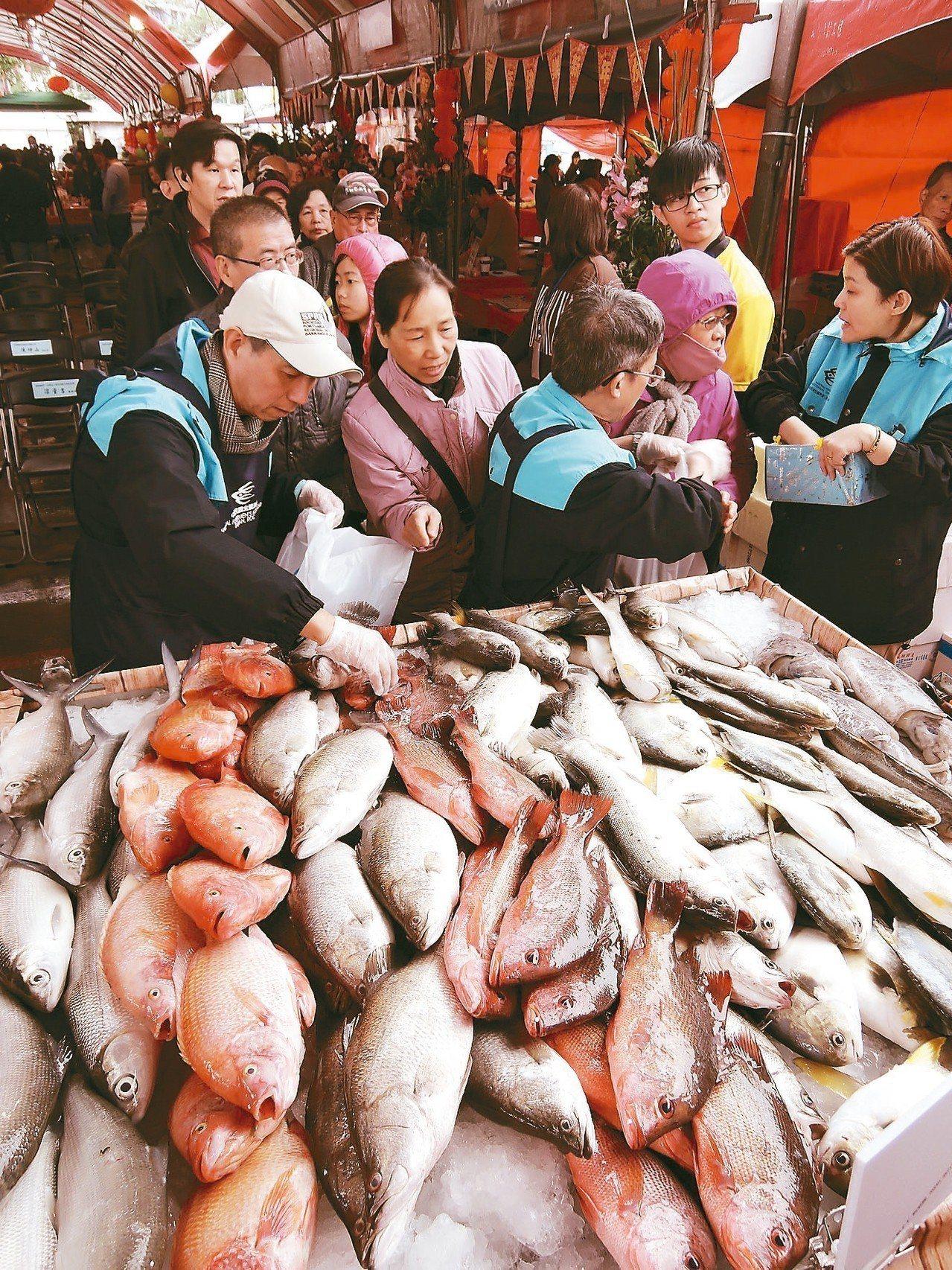 新北市「漁貨大街」昨起開賣3天,「百元鮮魚義賣」吸引大家排隊搶購,還有民眾清晨4...