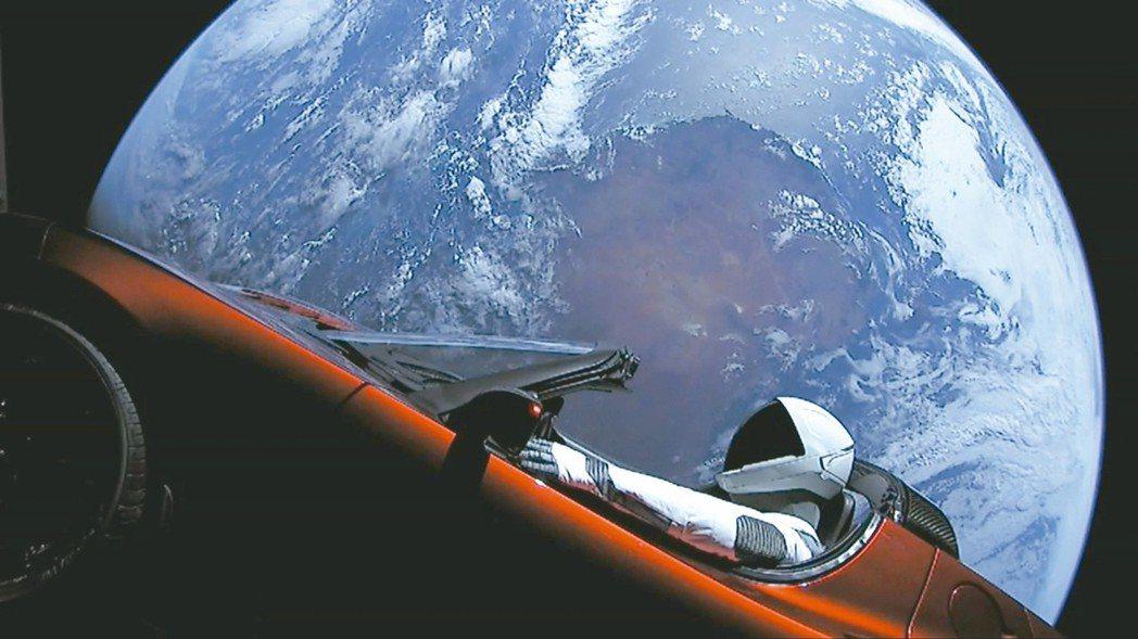 穆斯克個人擁有的跑車在太空會漫遊數百萬年。 歐新社