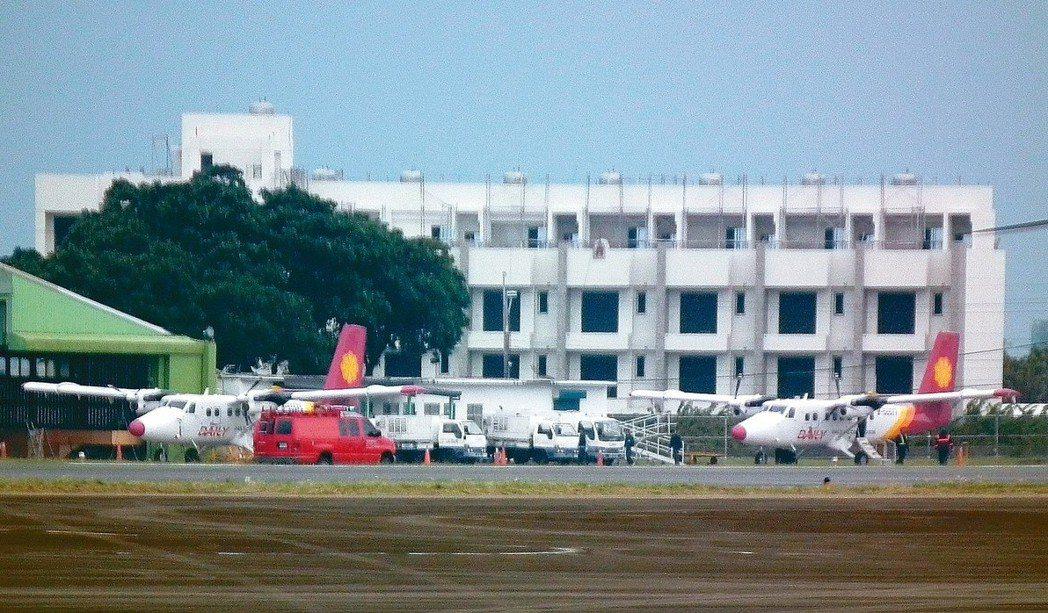 受天候影響,台東往返蘭嶼的班機昨天已經邁入第九天停飛,飛機只能在停機坪上待命。 ...