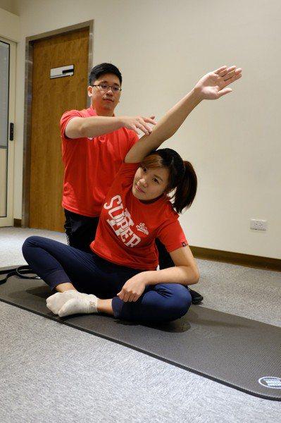 雙腳盤腿或平坐,將手臂高舉往反方向伸展,保持側腰伸展動作約20秒,再換邊進行相同...