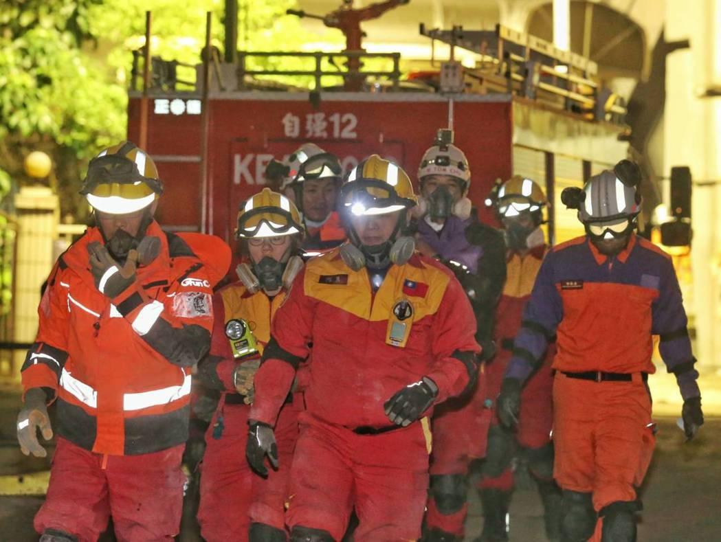 搜救隊員今天早上6點進行換班,臉上神情疲倦。記者鄭清元/攝影