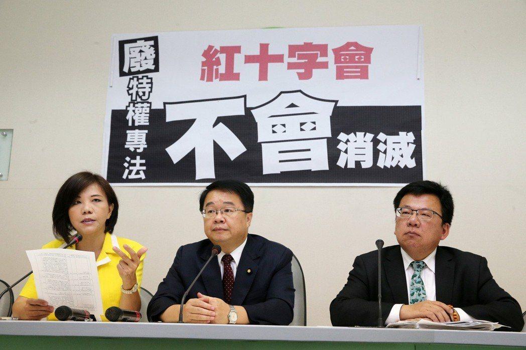 民進黨立院黨團幹事長吳秉叡(中)、立委葉宜津(左)、李俊俋(右)強調提案廢止《中...