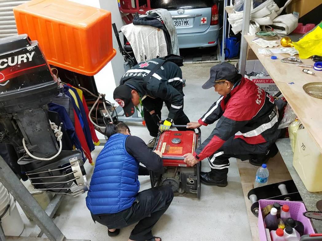 花蓮強震發生之後,紅十字會台東分會救災中隊立即動員整理裝備,六日當天凌晨三點就出...