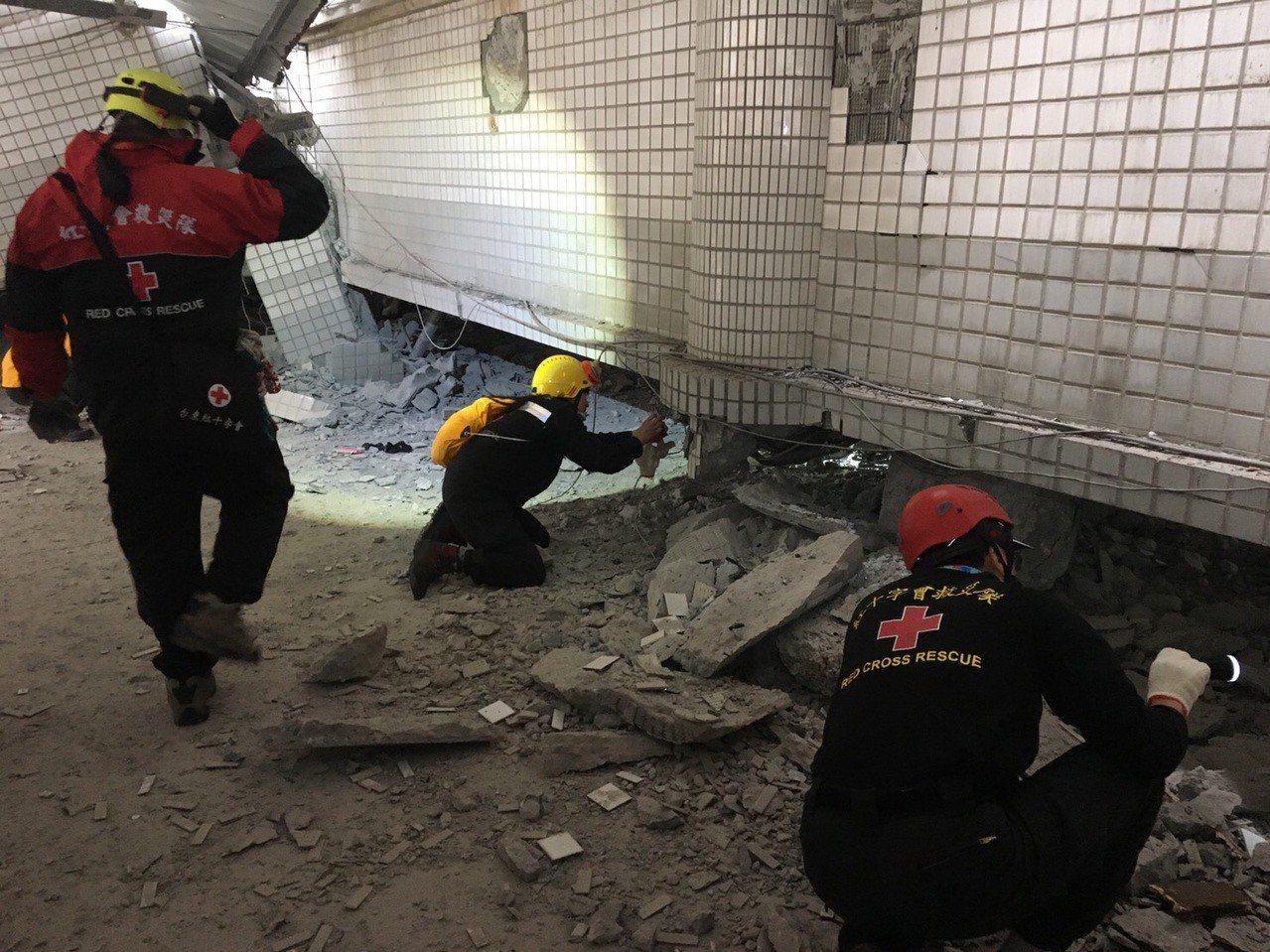 紅十字會小組進入嚴重傾斜的雲門翠堤大樓搜索。 圖/紅十字會台東分會提供