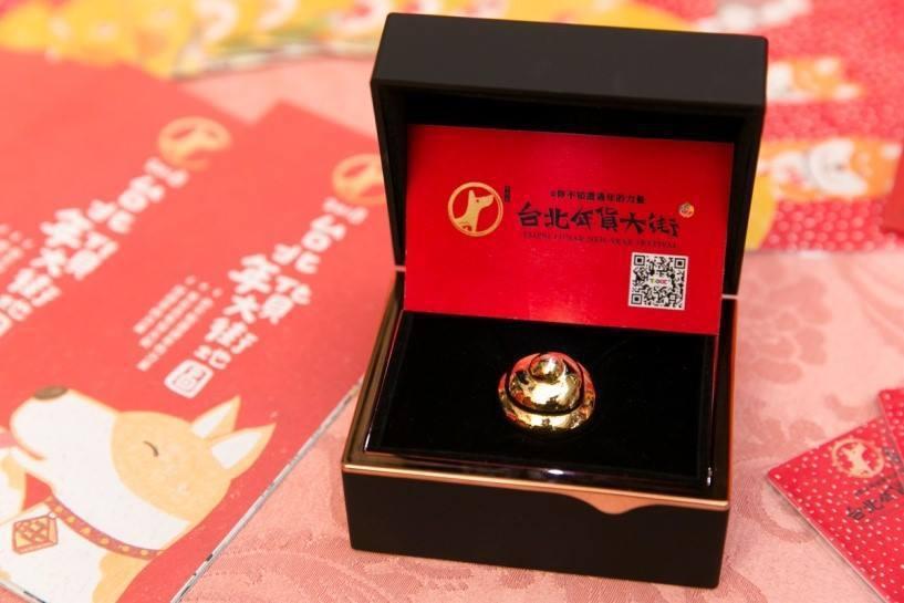 立委吳秉叡今年製作2萬份「好神擲杯橡皮擦」拜年時贈送。 記者林麒瑋/攝影