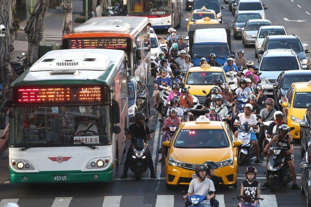 交通部統計顯示,國人主要運具的機車及小客車合占所有運具近七成。 報系資料照