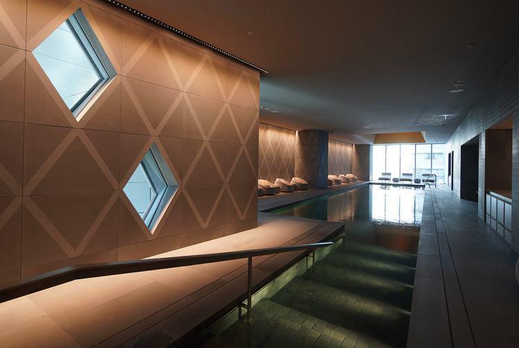 游泳池以菱格紋開窗創造空間表情,並兼顧採光與隱私。圖/大陸建設提供