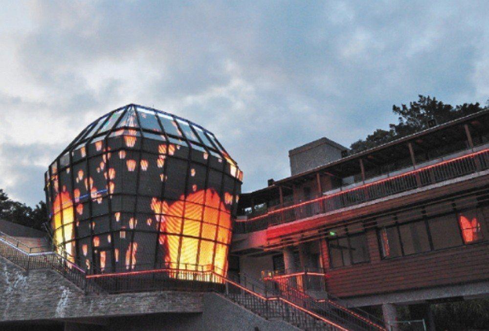平溪分駐所外觀主體由9公尺高的天燈造型玻璃帷幕及約20萬個LED燈構成,是獨一無...