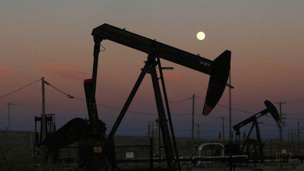 主美股重挫和貿易戰疑慮升高,國際油價周四下跌。 美聯社