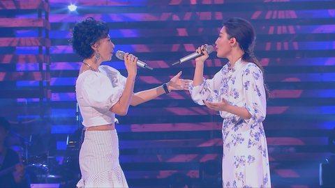 中天綜「金曲撈」A-Lin演唱80年代歌壇天后葉蒨文的名曲「愛的可能」,獲得全場逾400位觀眾按讚,成功喚醒原唱葉蒨文出場合唱,兩代天后同台開唱驚豔眾人,粉絲直呼是節目開播以來最好聽的合唱曲,真的是...