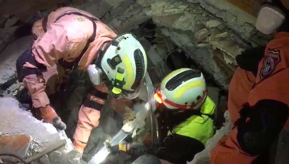 搜救人員坦言,在傾斜的大樓內鑿洞並不容易。記者李承穎/翻攝