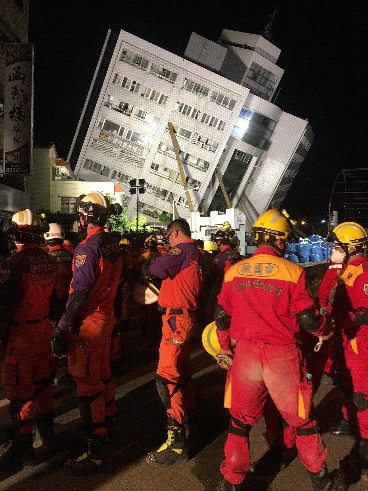 救難人員步出大樓,身上佈滿石灰粉。記者李承穎/攝影