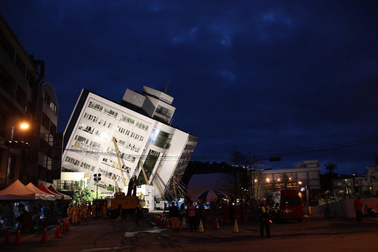 雲門翠堤大樓嚴重傾斜,仍有5名陸籍遊客困在201室內,特搜人員漏夜鑿穿牆壁中。記...