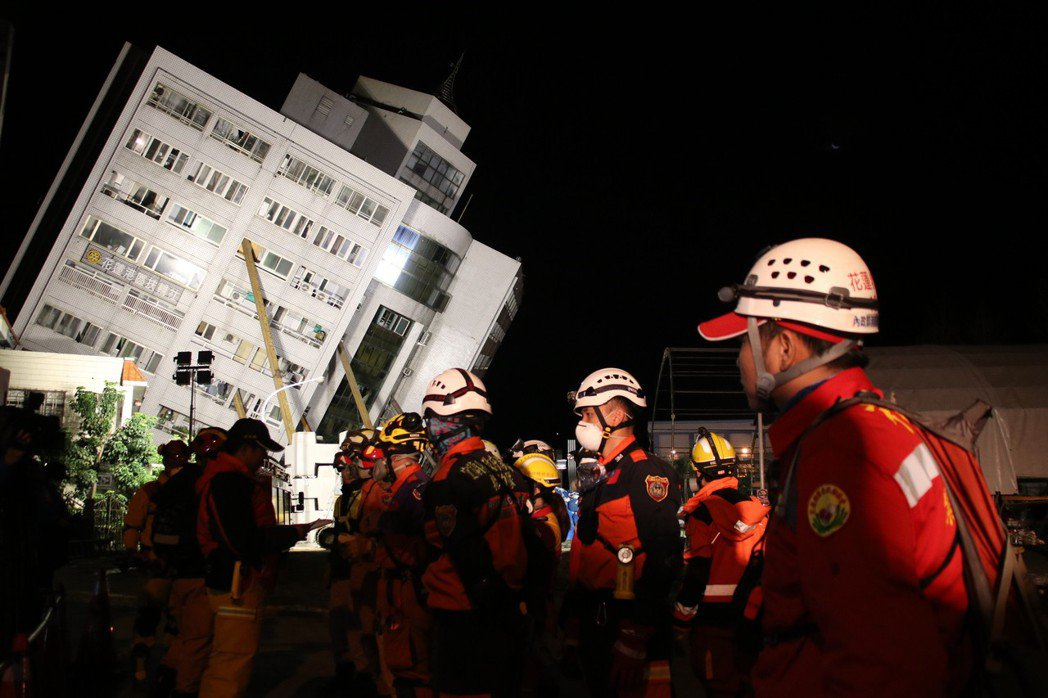 搜救人員忙了整夜,不停輪班入內搜救。記者曾健祐/攝影