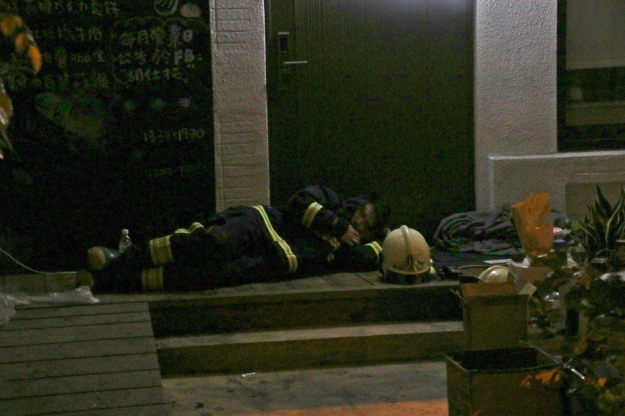 消防員累癱在地。記者曾健祐/攝影