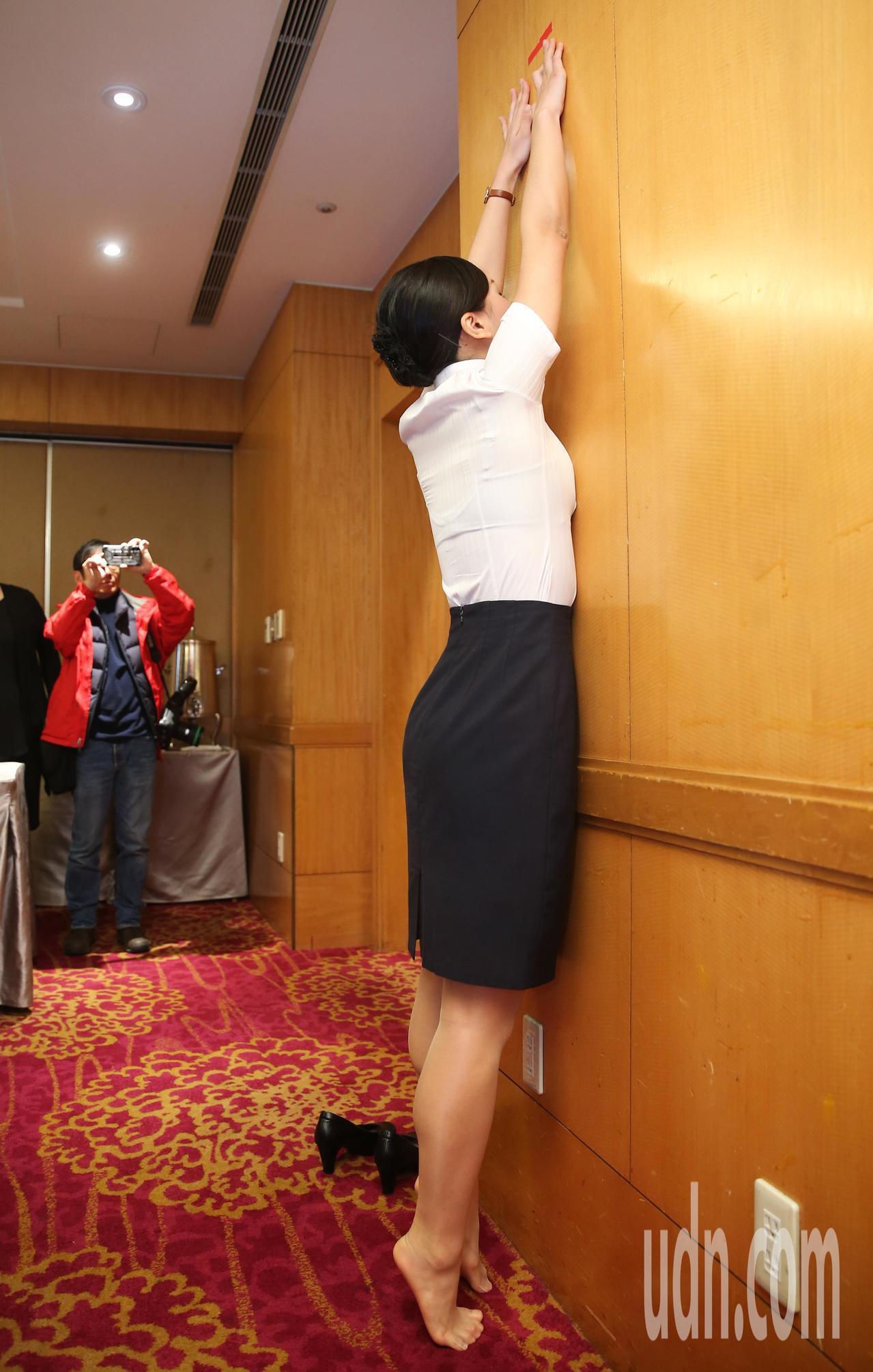 柬埔寨航空招募空服員要求考生脫鞋踮足雙手摸高。記者徐兆玄/攝影