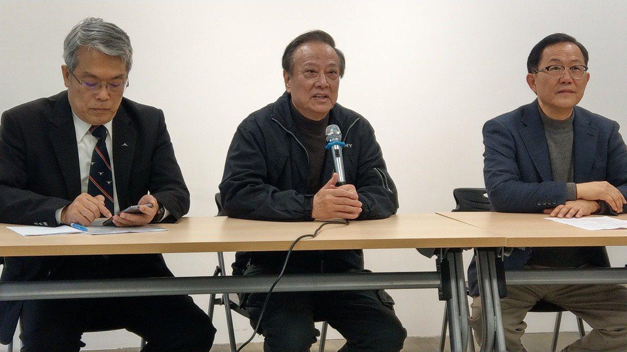 台北市建築物超載,台北市前副市長歐晉德(中)警告上北市逾95%的房子有加蓋。記者...