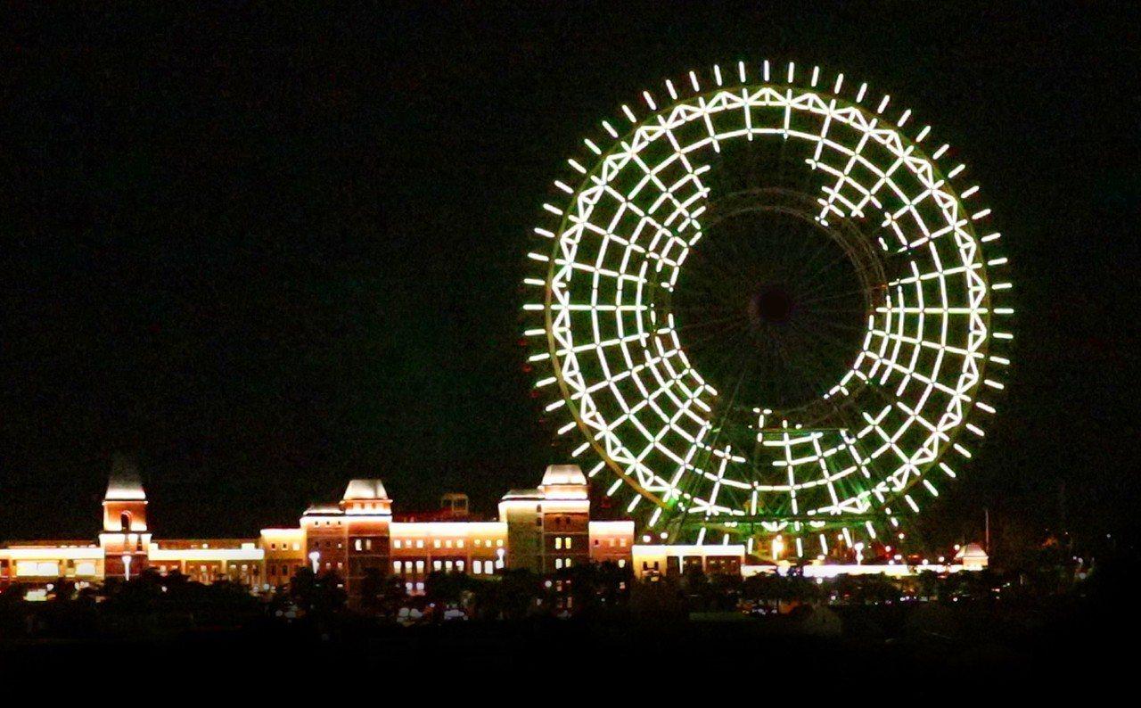 台中麗寶樂園摩天輪推出情人節燈光秀,行經國道一號后里路段,就能看到愛神邱比特等動...
