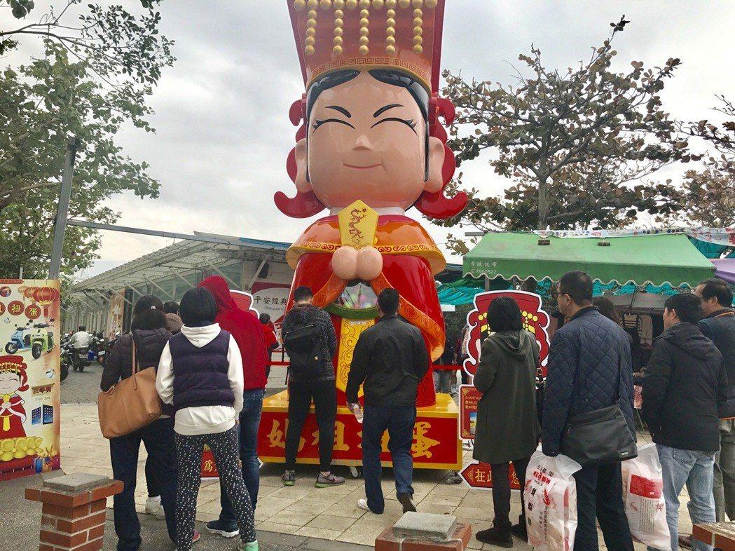 台南安平開台天后宮對面出現一座高達近5公尺的大型媽祖扭蛋機,今天開幕第一天就吸引...