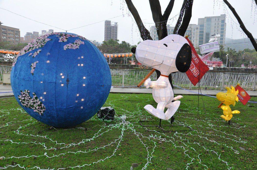 另「世界風情」造型花燈,則有約一個人高的史努比舉旗展示世界五大洲的特色,也讓人看...