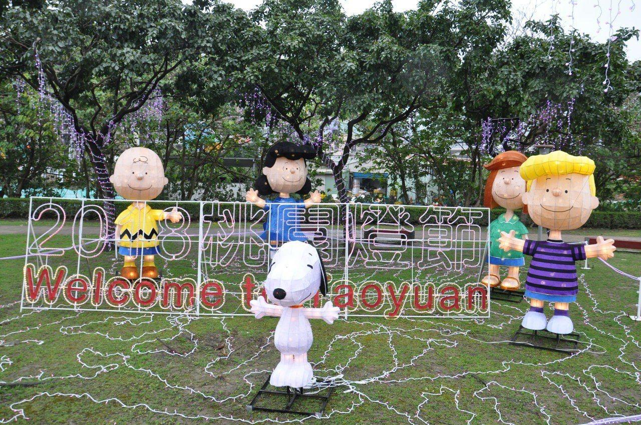 三民運動公園還有「史努比與朋友歡迎你」造型花燈,查理布朗、露西等角色人物都看得見...