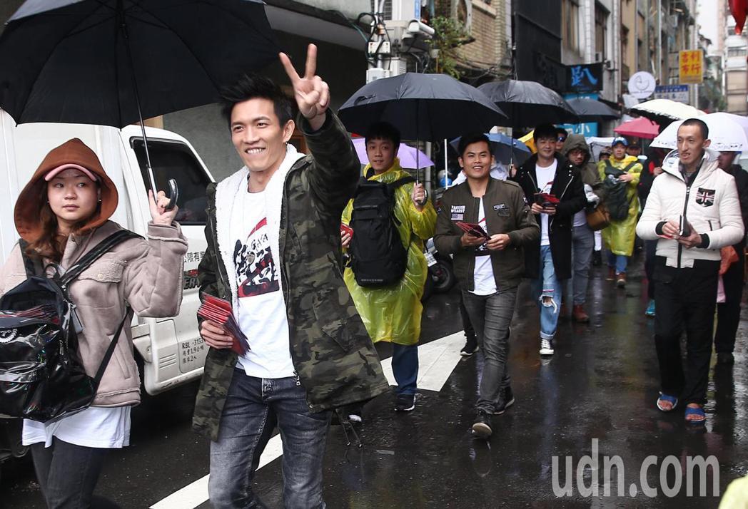 電影《角頭2》演員鄭人碩、王宣、黃尚禾、張再興、唐振剛、古斌、陳政文等人下午冒著...