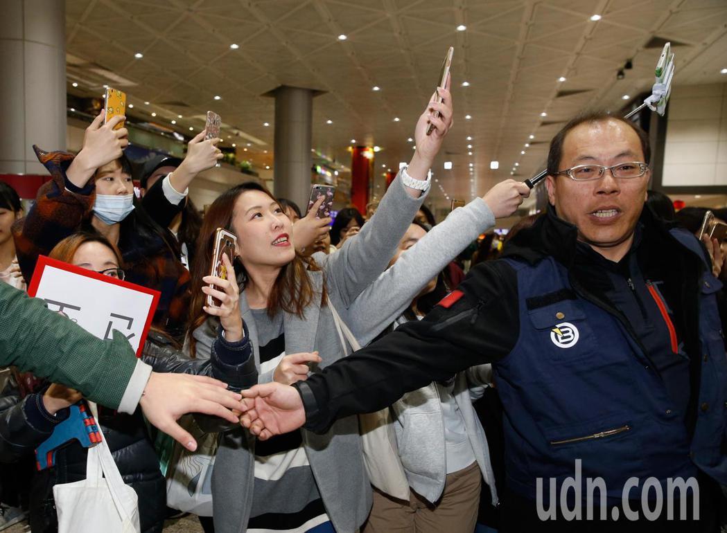 綽號「小雞」的韓星柳善皓下午首次訪台,入境大廳有上百位粉絲接機。記者鄭超文/攝影