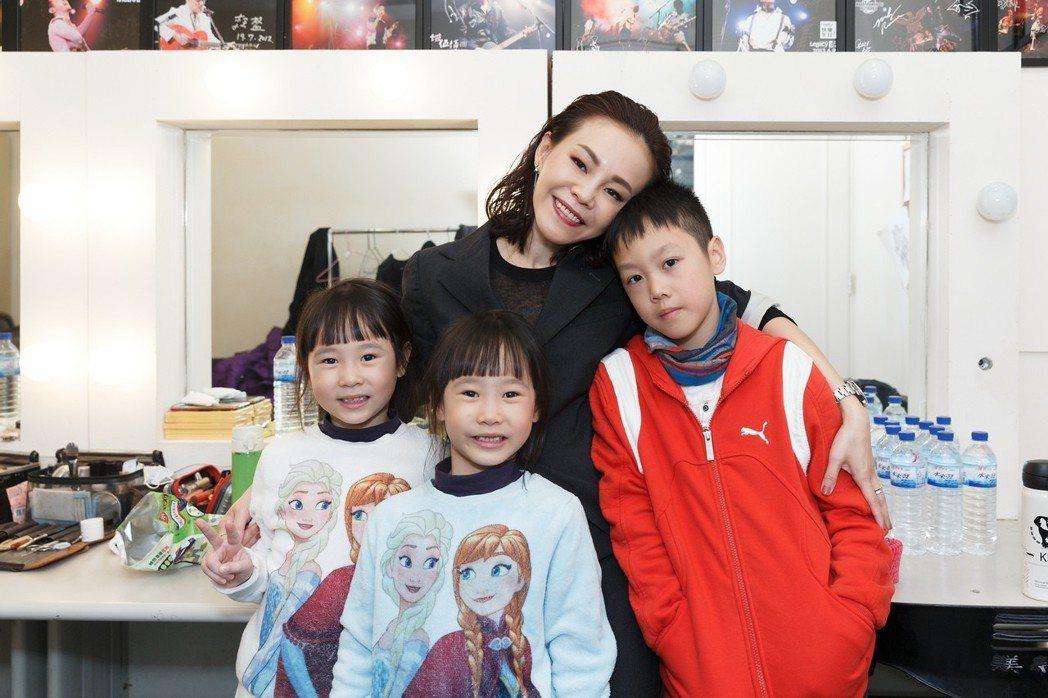 彭佳慧10日舉辦音樂會,3個小孩在後台陪媽媽。圖/索尼音樂提供