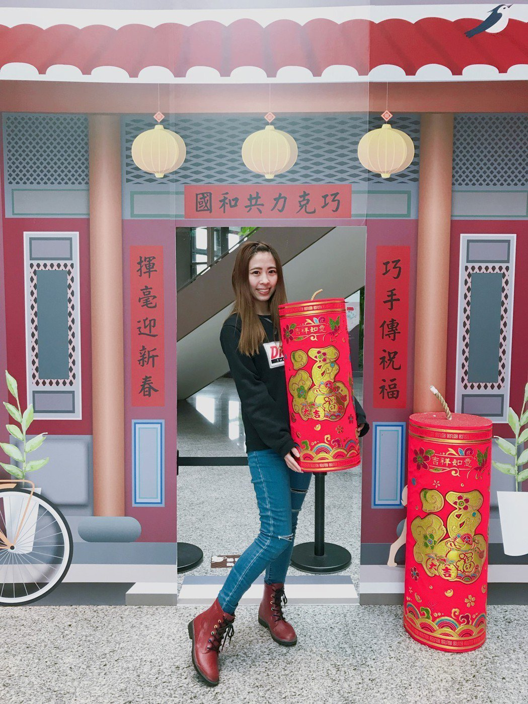 桃園「巧克力共和國」因應春節推出三合院佈景,包括喜氣春聯的大門、超大鞭炮道具可供...