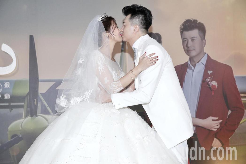 新人吳皓昇(右)與文汶(左)。記者林伯東/攝影