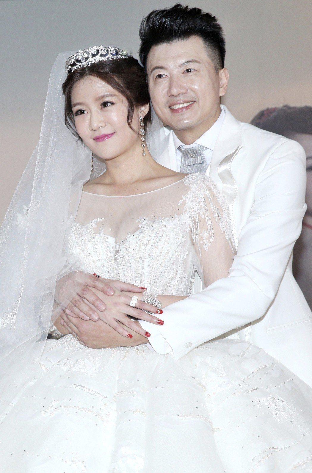 民視演員吳皓昇(右)與文汶(左)昨天在君品酒店舉行婚禮。記者林伯東/攝影