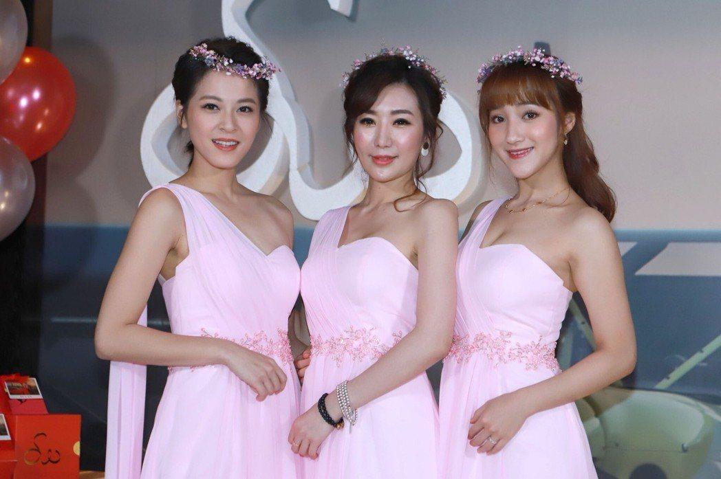蘇晏霈(左)、羅巧倫、夏宇禾擔任吳皓昇文汶婚禮伴娘。圖/民視提供