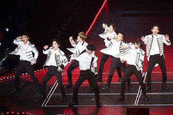 韓團EXO巡演「The EℓyXiOn」10日唱進台北小巨蛋,他們為了台灣粉絲有備而來,今晚把三層式升降階梯舞台、酒吧場景從首爾搬到台灣,團體LOGO復古立式麥克風也運來小巨蛋,並將有限的場地隔出走...