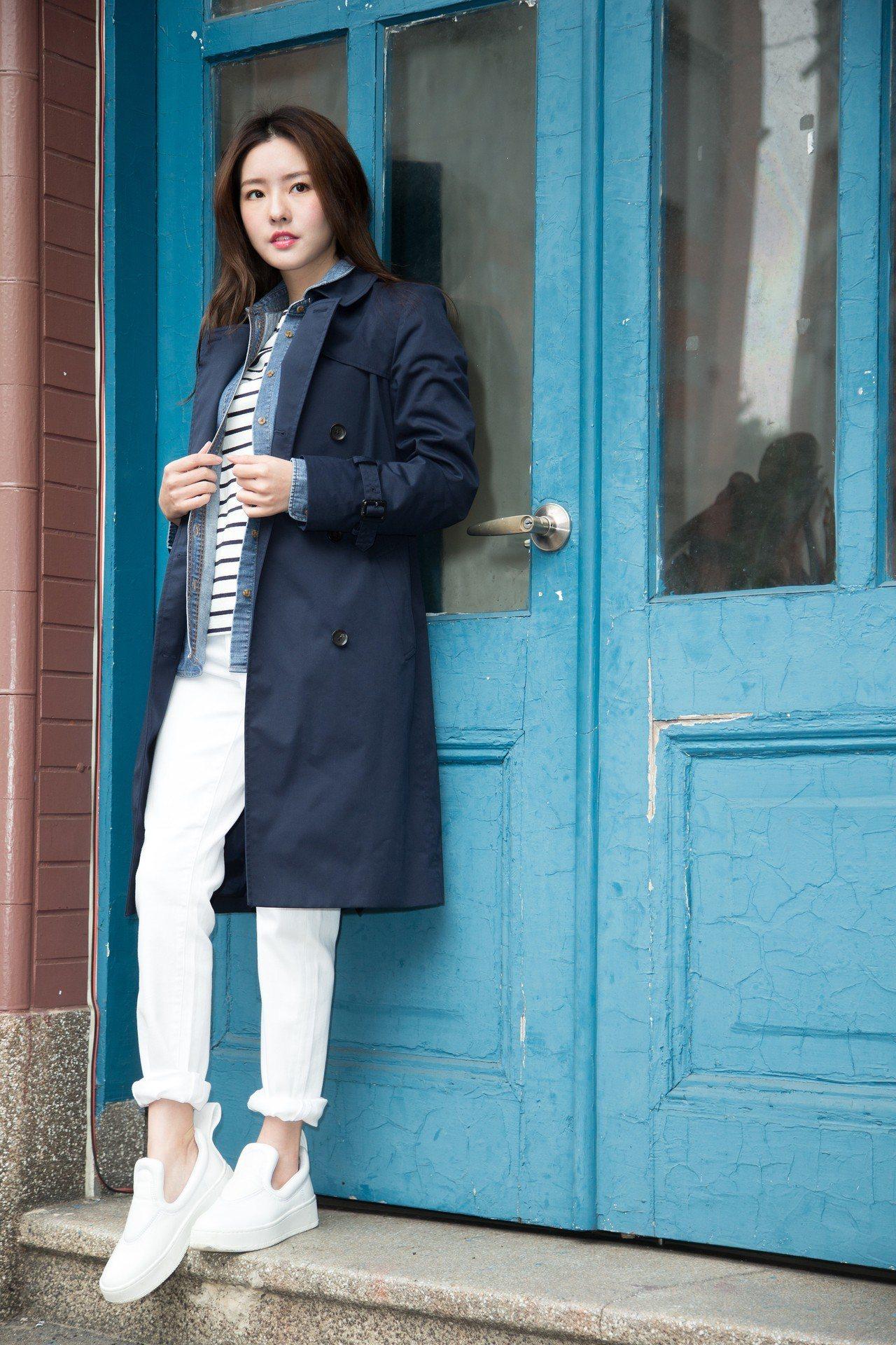 深藍西裝外套2,990元,條紋船型領T恤490元,牛仔襯衫790元,高腰煙管褲1...