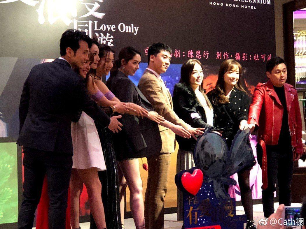 BIGBANG勝利(右四)與郭碧婷(右五)出席新電影首映,導演陳思行(右三)就是...