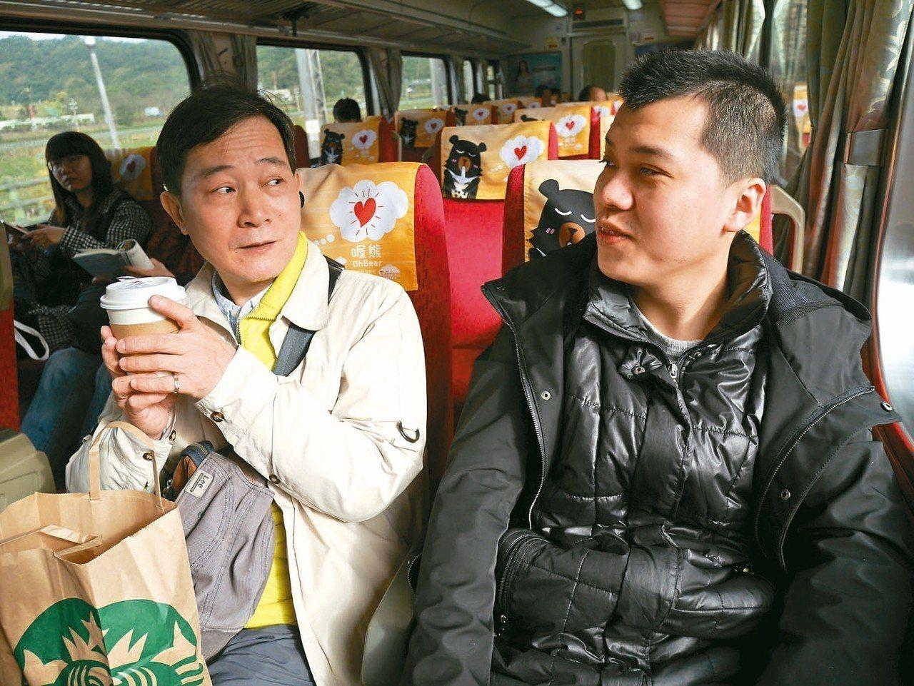 家托員劉振華(左)與照顧個案蔡博宇兩人相處多年。 記者陳靖宜/攝影