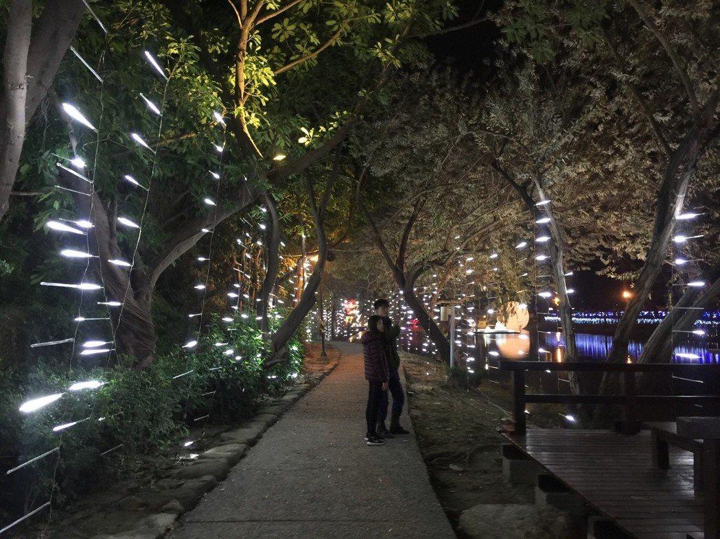 月津港燈節啓燈,吸引遊客觀賞。 記者吳政修/攝影