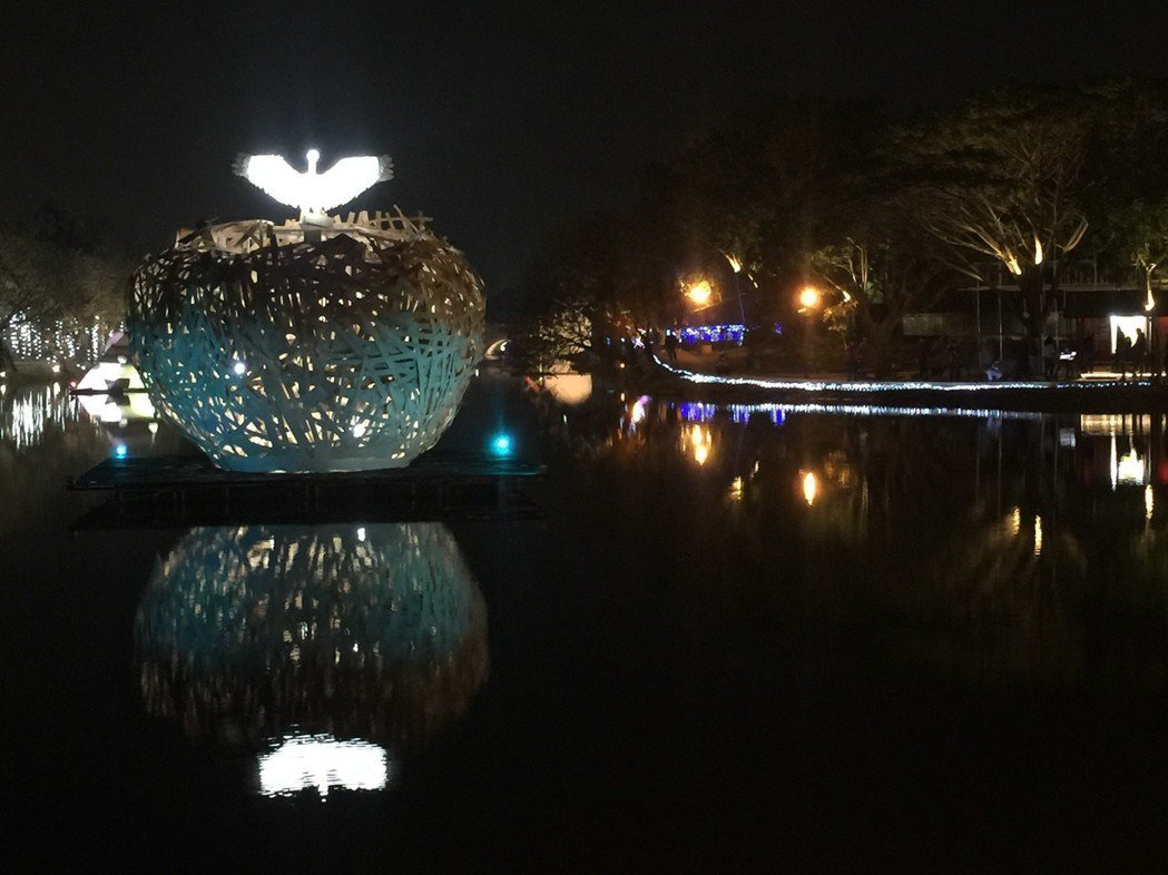 月津港燈節啓燈,夜晚藝術燈景吸引遊客。 記者吳政修/攝影