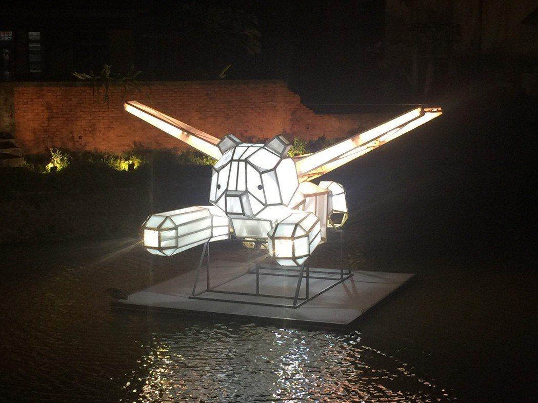 月津港燈節開幕,藝術造景吸引遊客目光。 記者吳政修/攝影