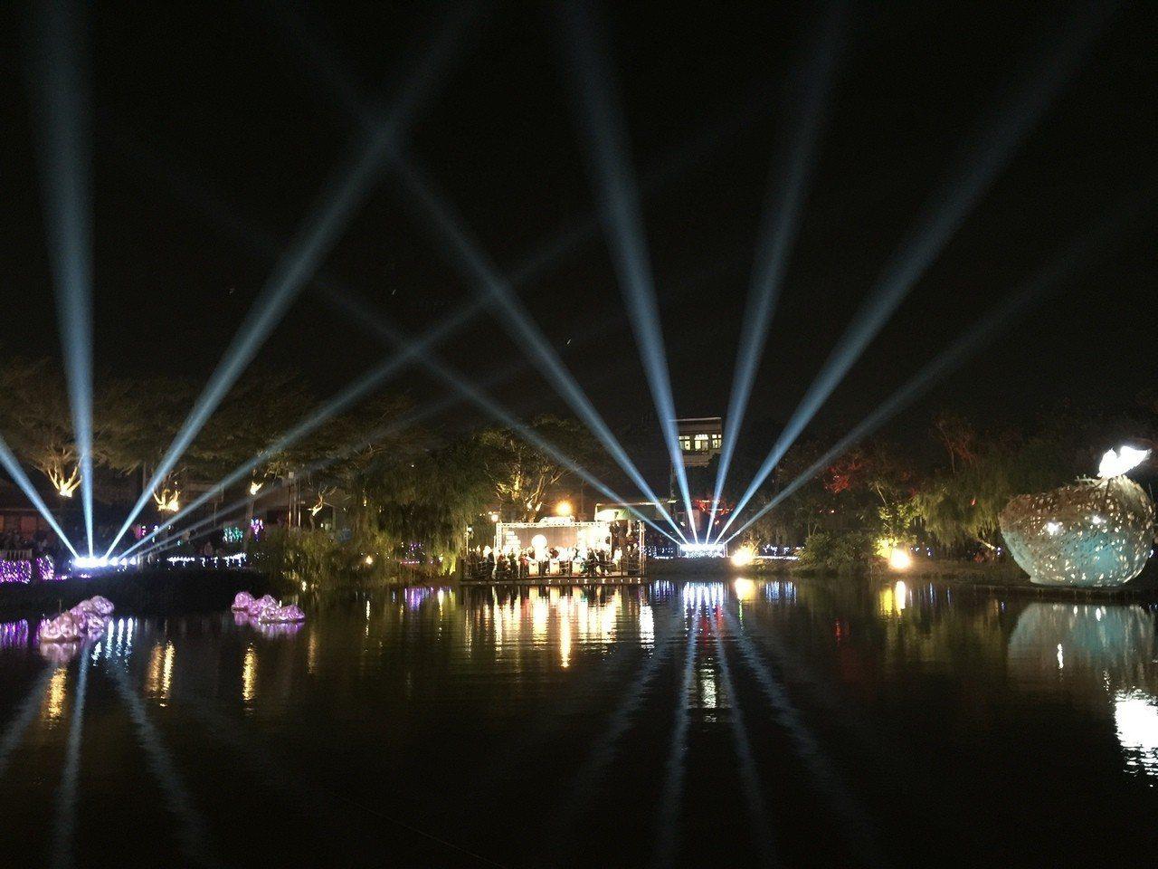 月津港燈節啓燈,璀璨燈光照耀月津港。 記者吳政修/攝影